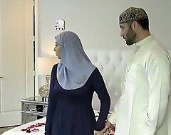 الام تغصب الزوجة الشرموطة علي الانجاب من زوجها - سكس عربي