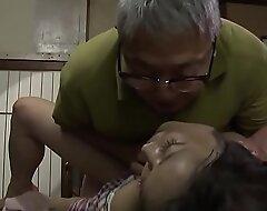 کثیف پدر ژاپنی در لعنتی دختر کامل در قانون است